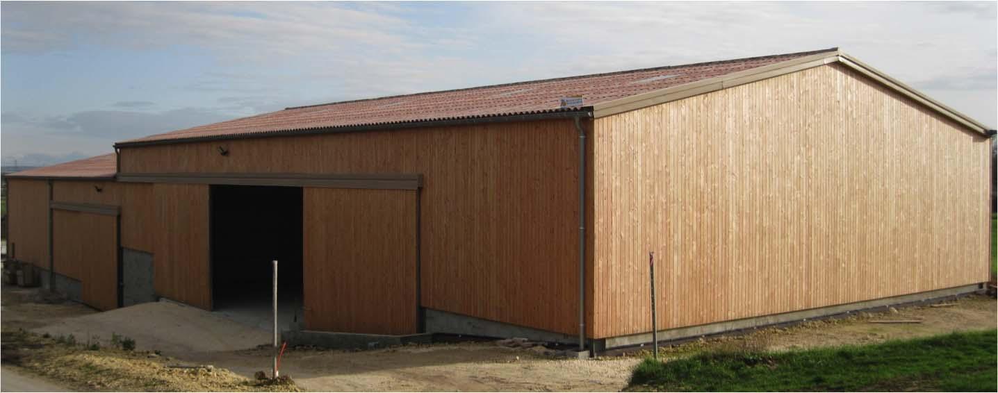 Bâtiment agricole avec bardage bois et couverture fibro-ciment - Vienne