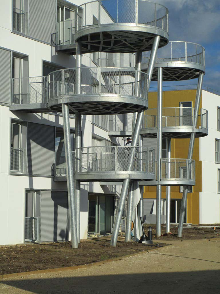 Balcons circulaires sur ossature tubulaire quadripode galva, platelage bois à Blois